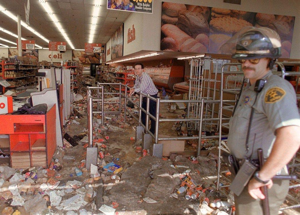洛杉磯暴動之中被破壞的商店。根據統計,當時造成的經濟損失約為7.1億美金,其中韓...