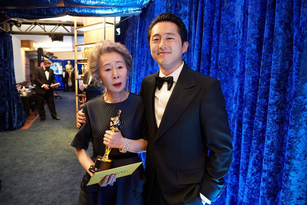 2021年奧斯卡頒獎典禮上,尹汝貞(左)與史蒂芬・延(右)合照。本屆奧斯卡也由尹...