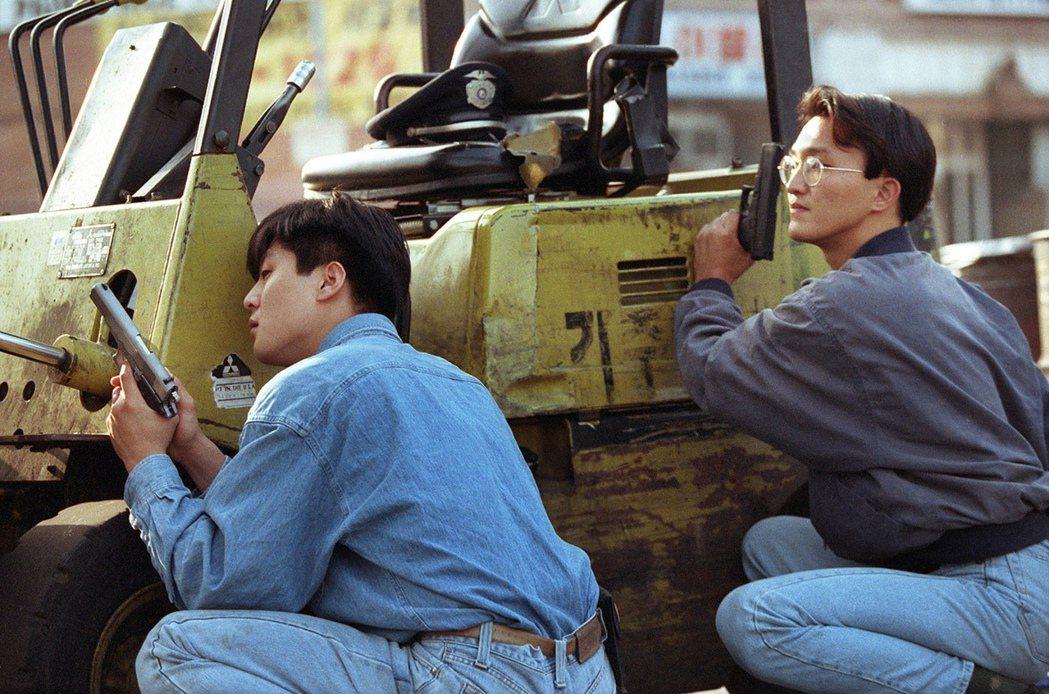 眼見自己完全被公權力「放生」,韓人村的民眾決定自立自強,包含當時為洛杉磯海軍戰友...