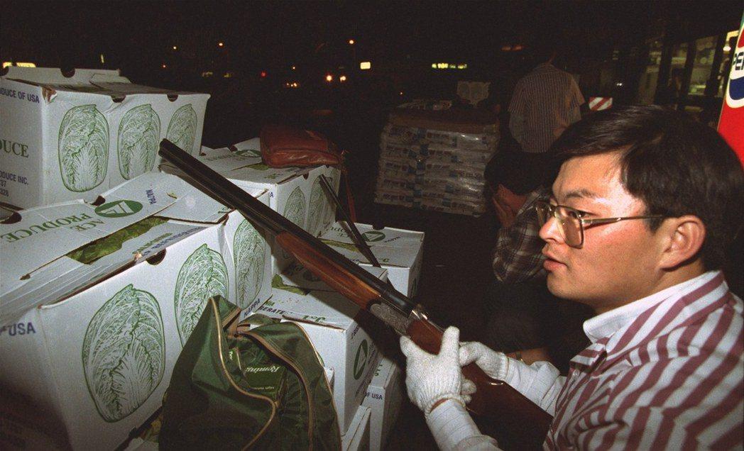 最後,雖然成功保衛家園,但韓裔移民背著槍走動、甚至是與暴民發生衝突的畫面,也因為...