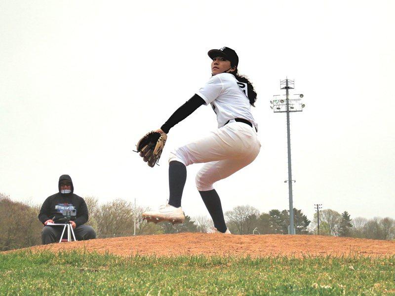 Olivia Pichardo是來自美國紐約的女高中生,除了是大都會隊球迷,她也如大都會塞揚強投狄葛隆(Jacob deGrom)般擁有一手超速火球。 取自Olivia Pichardo個人推特