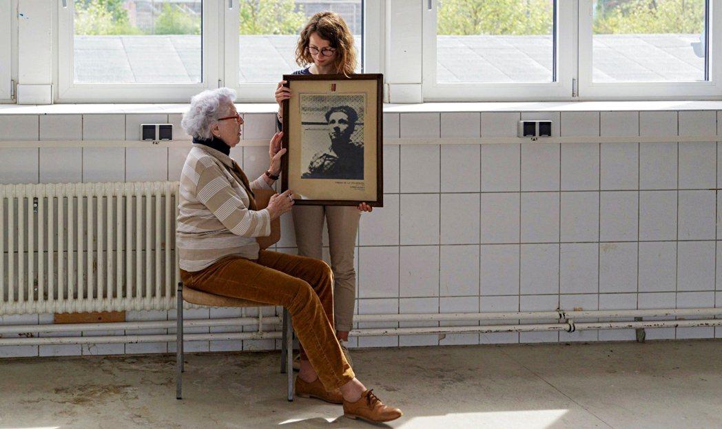 「90歲的她,為何決定回到當初哥哥死去的集中營?」圖為柯萊特與露西拿著尚皮耶的肖...
