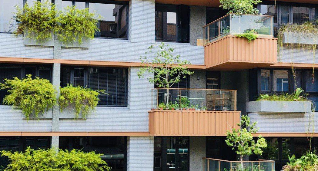 業者統計,綠建築總計一年節省了約86億的水電費,相當於可買下22戶的帝寶豪宅。(...