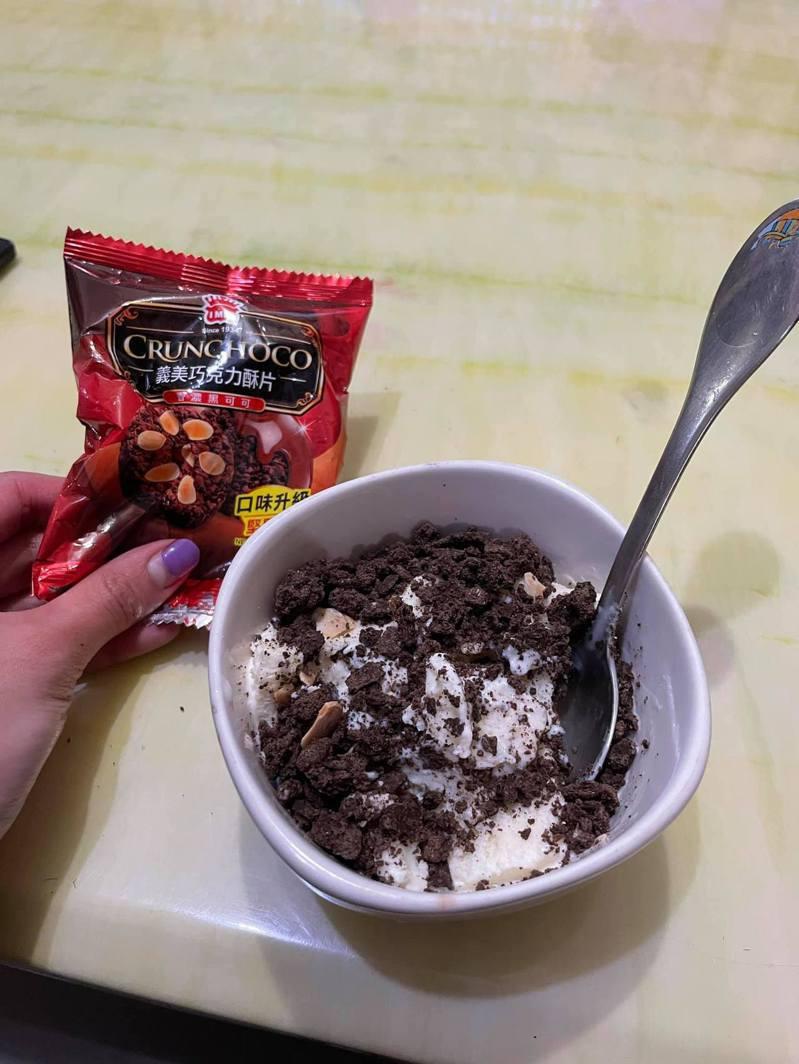 一名網友發文分享他去好市多買冰淇淋,加入「童年經典餅乾」,成為可口冰品,引起網友熱議。圖/取自Costco好市多 商品經驗老實說