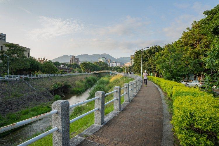 圖說:「璞園袖里春」鄰近磺溪步道,居住環境舒適宜人。