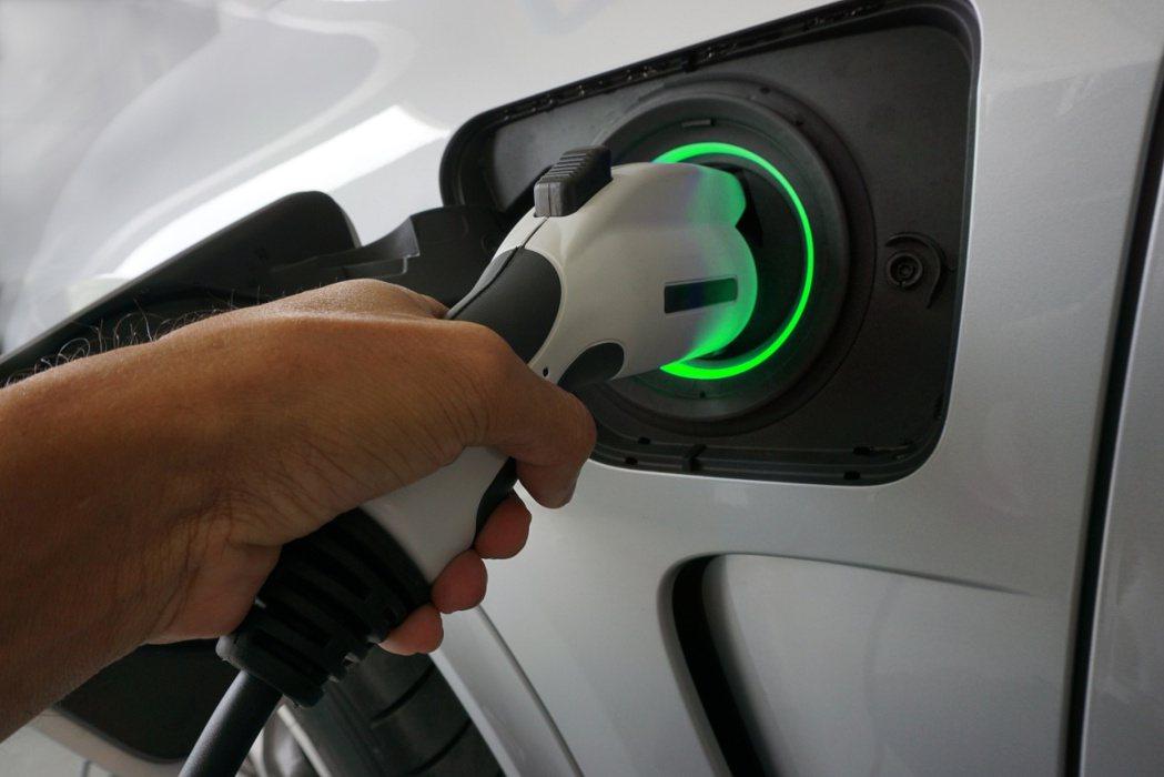 園區停車規劃電動車自動充電收費系統,各種系統皆能與智慧手機共構支付平台。 業者/...