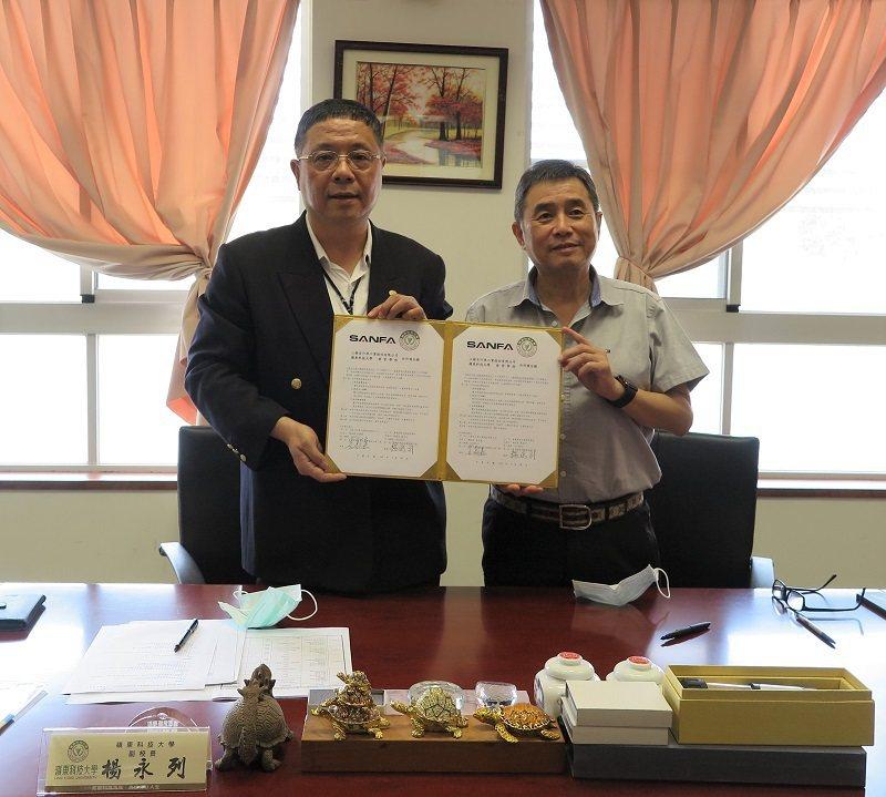 嶺東科大副校長楊永列(左)與三發自行車工業總經理李敦嘉(右),代表雙方共同簽約產...