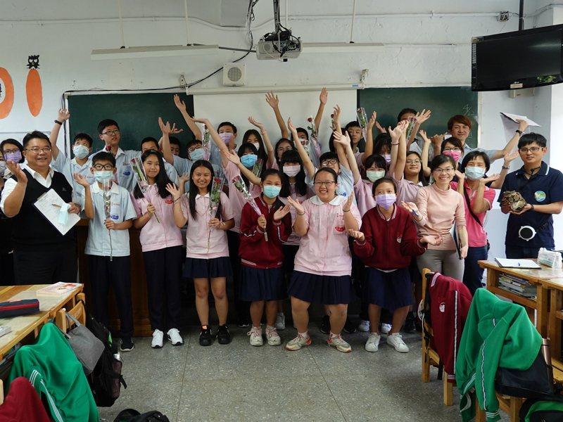 三芝國中「教室裡有蛇」的觀課教學,有著為地球環境奮戰不懈的精神。 圖/紅樹林有線電視提供