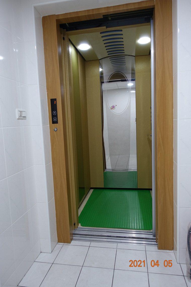 電梯完成,慶幸卸下囚居的引信,完成適合老年人居住的部署。圖/莊懂提供