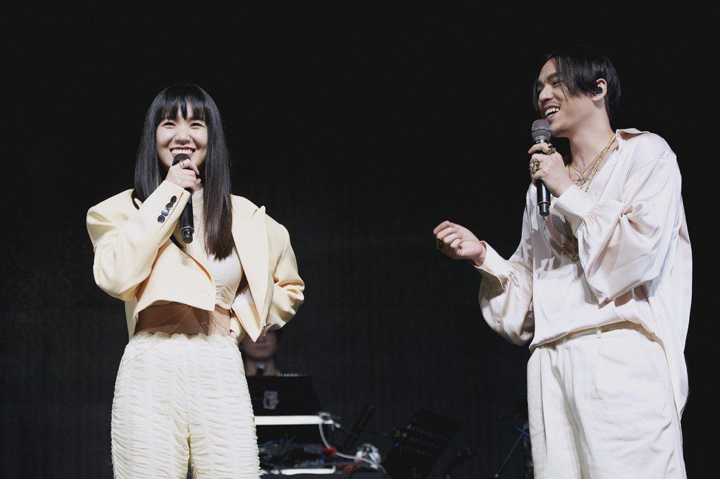 孫盛希(左)和HUSH帶來合作歌曲「一分之二」。圖/滾石唱片提供