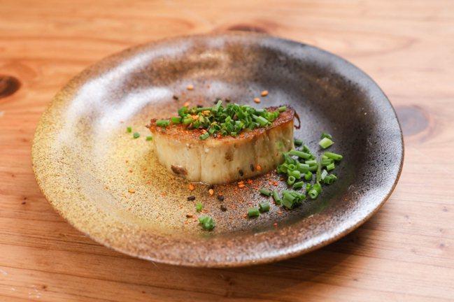 金針菇排以大多數人都會切除的金針菇根部為材料,卻出乎意料地美味。記者李政龍/攝影