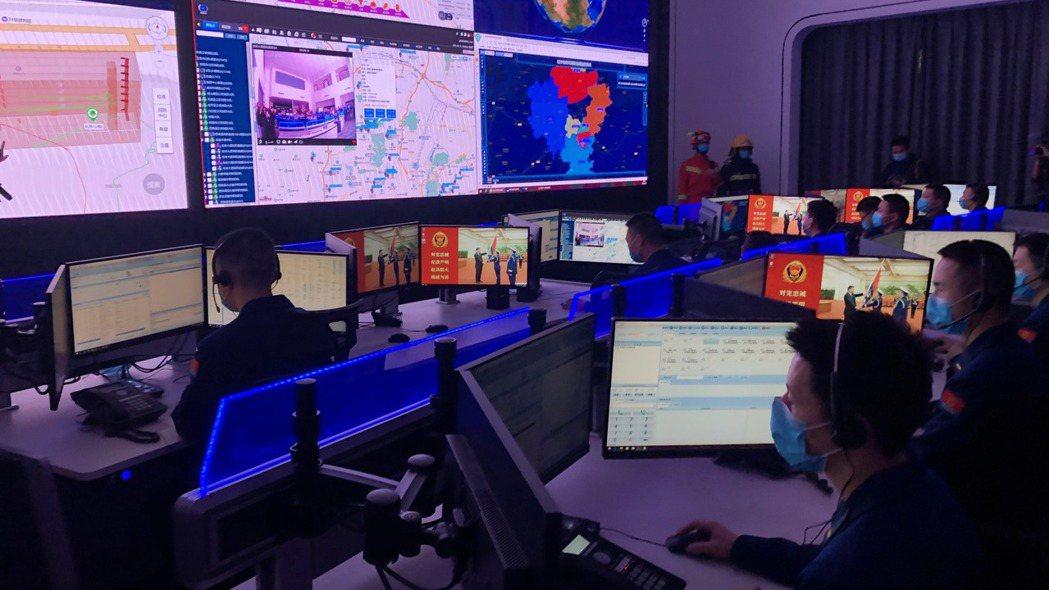 貴陽消防隊指揮中心監控救災相關資料。圖/彭博資訊