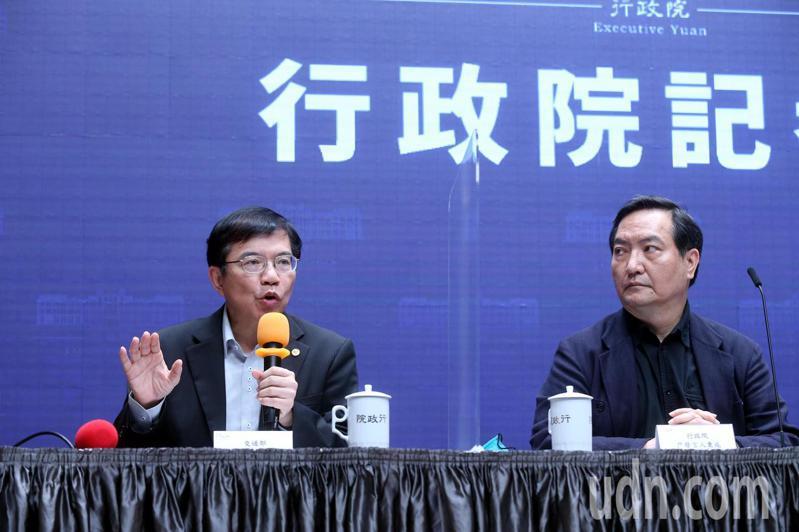 行政院發言人羅秉成(右)及交通部長王國材(左)說明台鐵改革會議結論。本報資料照片
