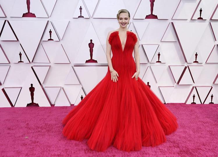 亞曼達塞佛瑞選穿大紅色烏干紗Armani高級訂製禮服。(美聯社)