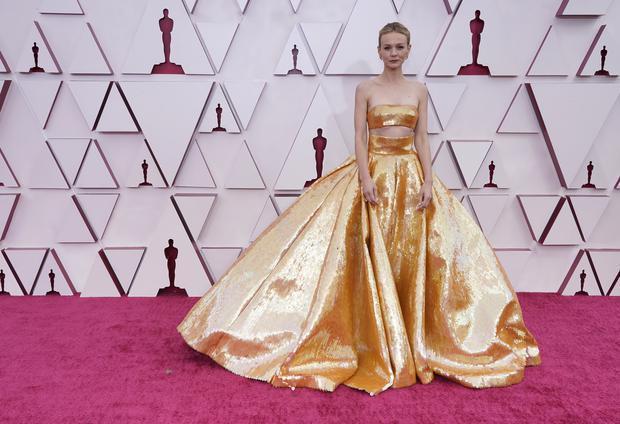 凱莉墨里根以一身Valentino金色亮片禮服亮相,讓人直接就聯想到奧斯卡小金人...