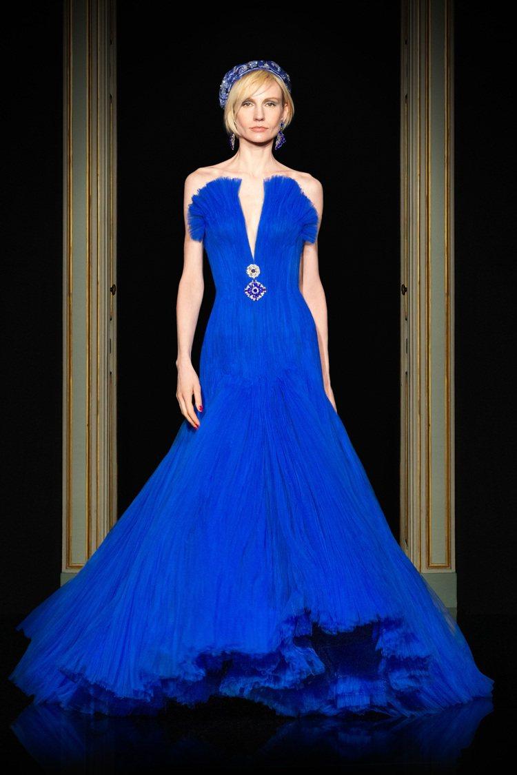 亞曼達塞佛瑞的禮服也是Armani一月份在高訂秀上推出的壓軸款式,不過當初展演的...
