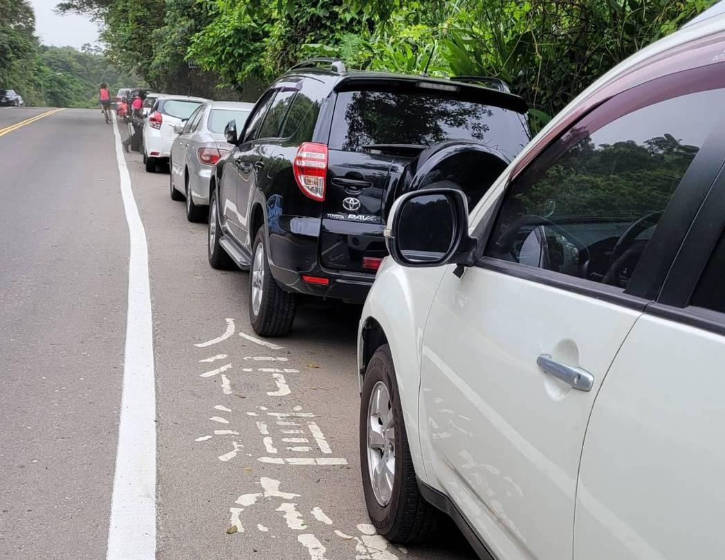標線型人行道、機車優先難分,違停、占用、設置亂象多。記者游明煌/攝影