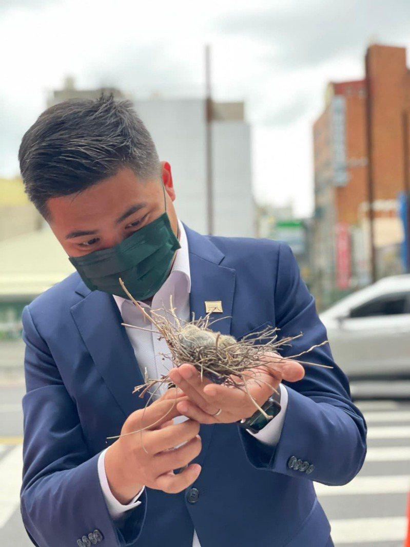 這段過程由陳建名PO上臉書,呼籲大家留心危險處的鳥兒,獲得網友好評,大讚「好有愛」。圖/陳建名提供