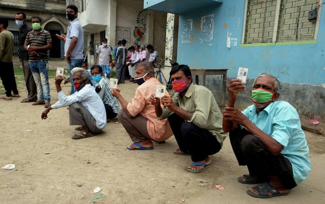 印度連續多天單日新增確診數都超過30萬例。(新華社)