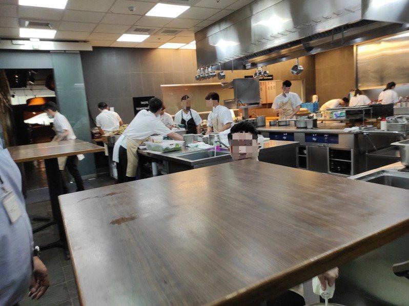 衛生局稽查發現RAW餐廳人員未戴口罩與帽子。圖/北市衛生局提供