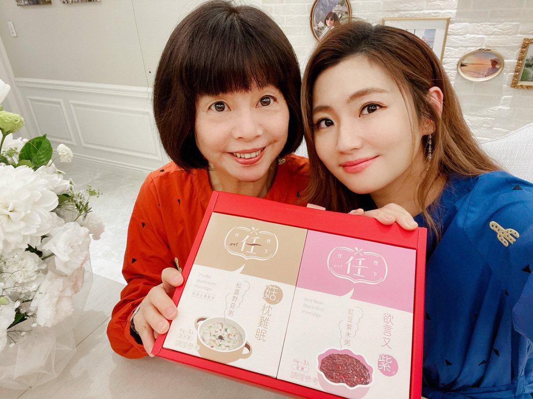 Selina(右)讓任媽挑選母親節禮盒的設計顏色。圖/任性eat下提供