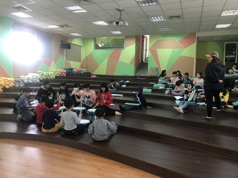 苗栗縣中山國小視聽教室提供師生隨性席地而坐,使用各種樂器。圖/教育部提供