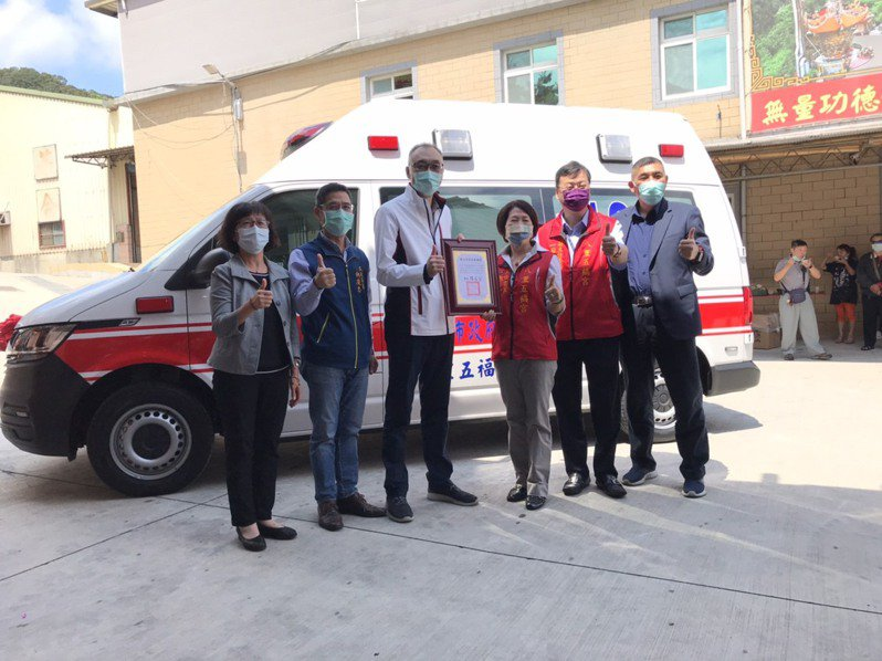 八里五福宮捐出價值達320萬元的救護車給八里消防分隊。圖/新北市民政局提供