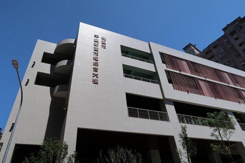 桃園平鎮新富市場大樓被投訴停車費太貴。記者朱冠諭/攝影