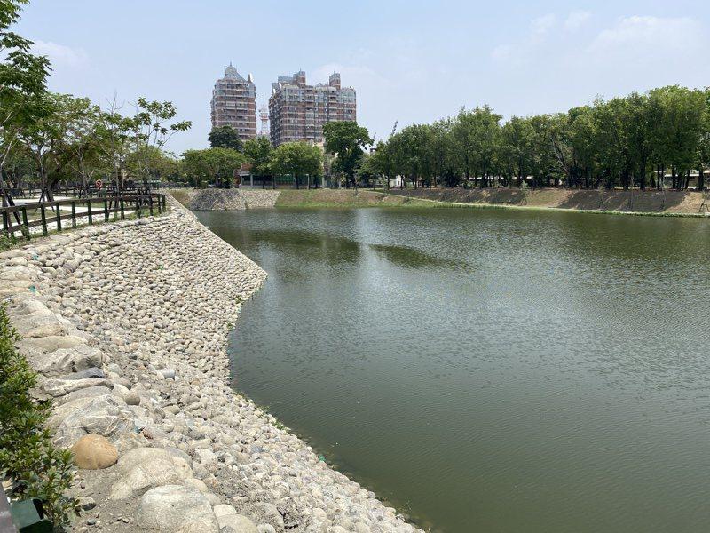 屏東縣復興公園改造,將萬年溪的水源溢流到園內,經由水生植物淨化水道與礫間水道,以生態工法改善水質,打造優質的自然生態水域。記者劉星君/攝影