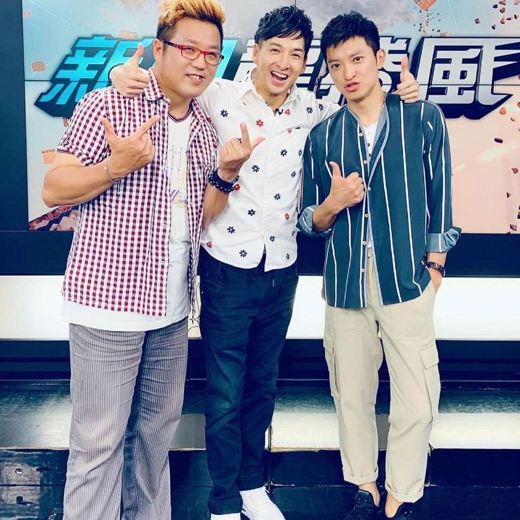 祝鏘博(右起)與中天主播簡至豪、來賓黃敬平。圖/中天電視台提供