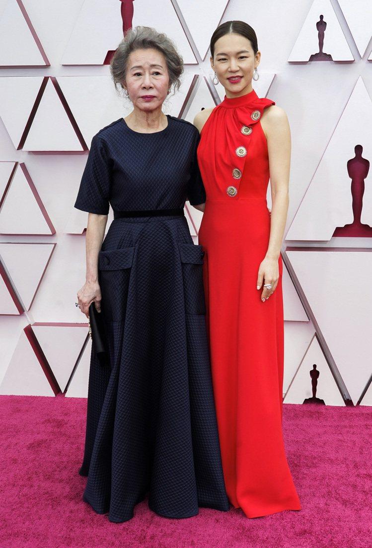 韓國女星尹汝貞(左)以Marmar Halim鴨藍色訂製款禮服現身,韓藝璃則是穿...