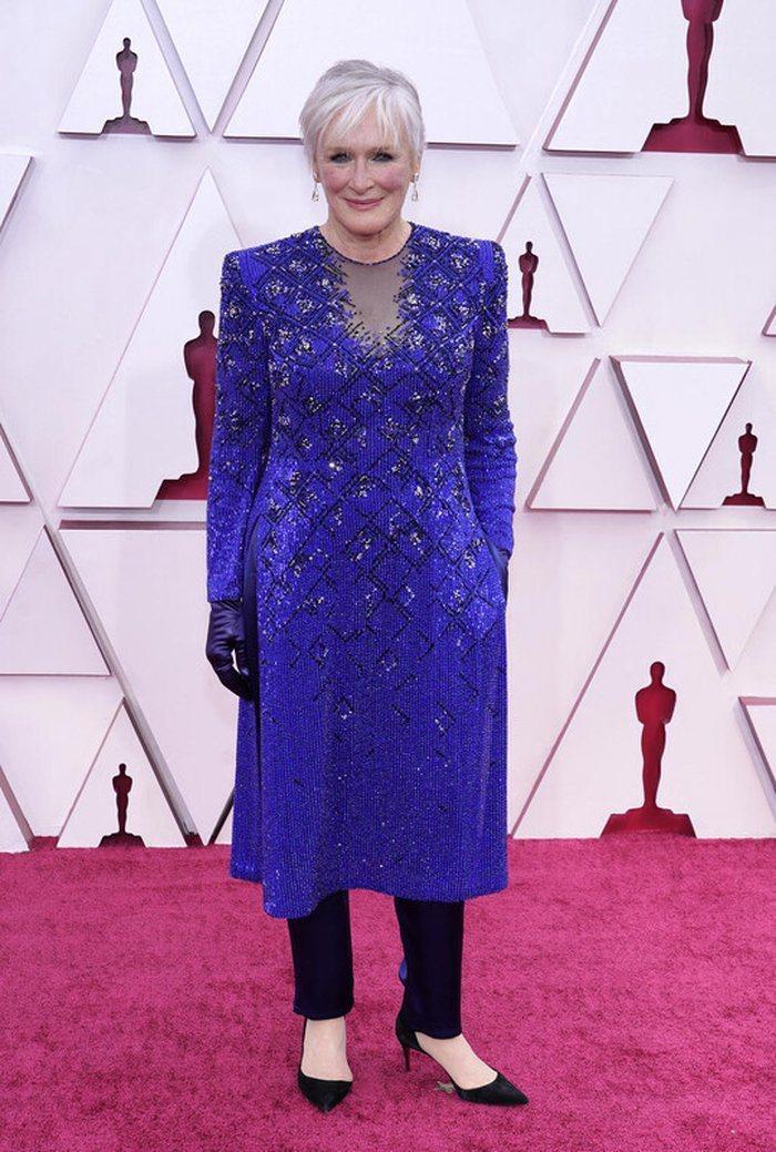 葛倫克蘿絲的Armani寶藍色特別訂製款長袖禮服,則是運用細碎亮片裝點低調華麗並...