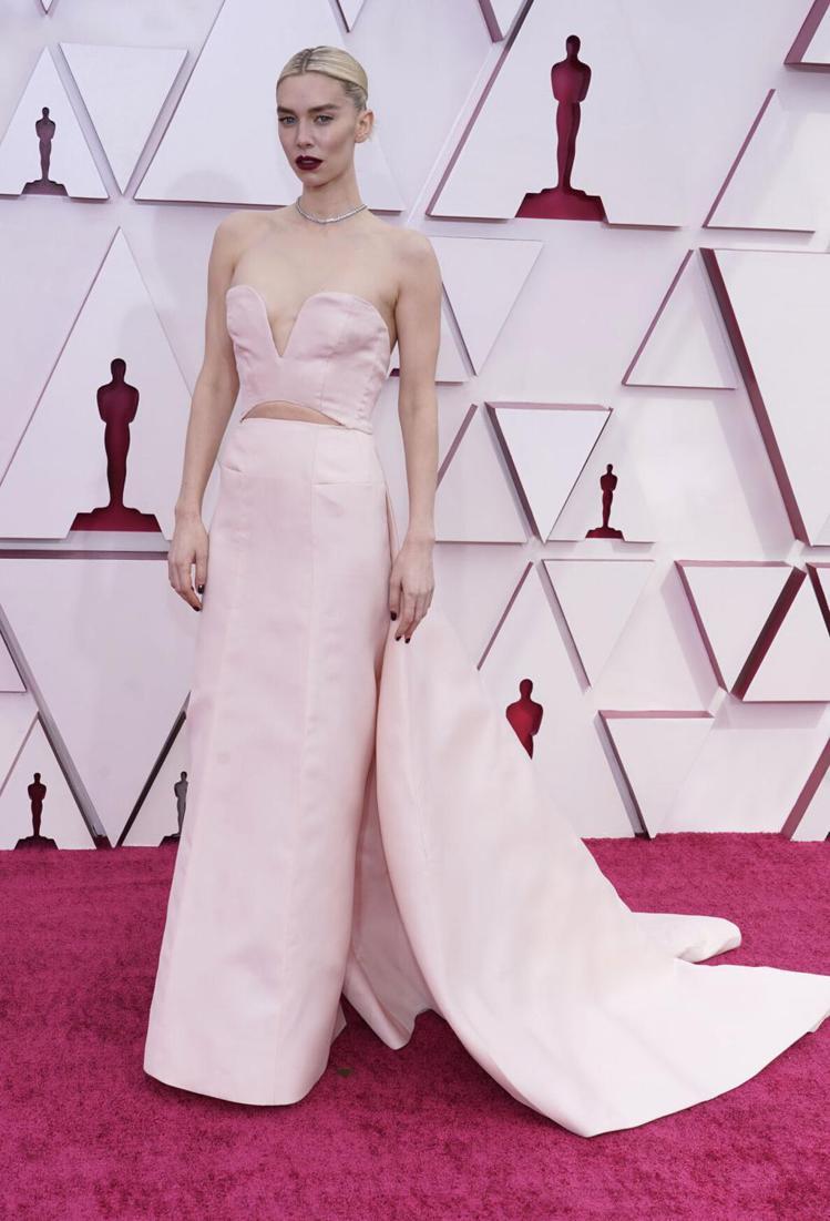 凡妮莎寇比也選擇Gucci的簡約風露腰禮服典雅登場。(美聯社)
