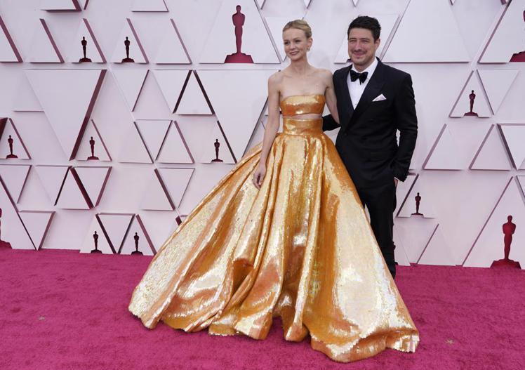 凱莉墨里根的Valentino 2021春夏高級訂製金色亮片露腰禮服很有「小金人...