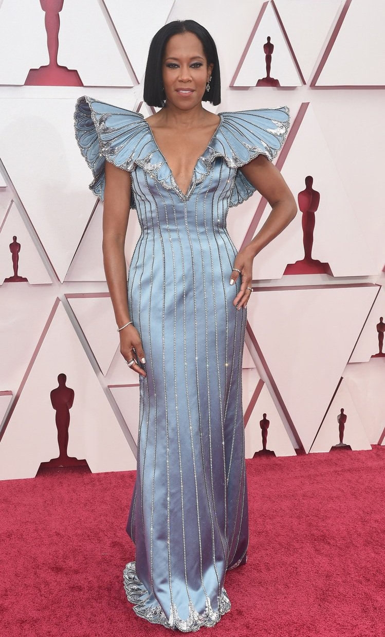 蕾吉娜金恩以Louis Vuitton訂製公爵夫人緞質羽扇蓬袖禮服穿出繁複裝飾魅...