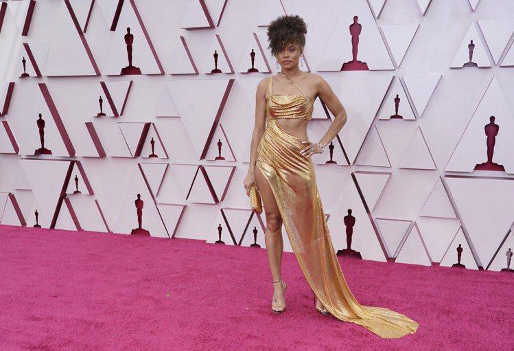 安德拉戴的Vera Wang金色禮服,斜角度中空設計搭配若隱若現的裙擺,格外性感...