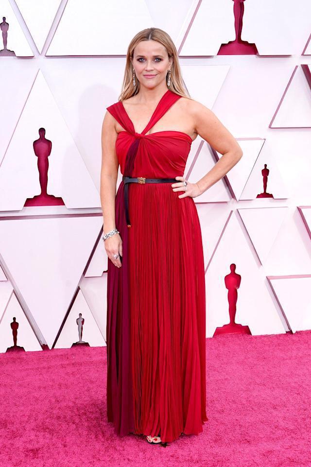 瑞絲薇絲朋的Dior 2021秋冬紅色垂墜扭結設計禮服,像是希臘女神的現代化身。...