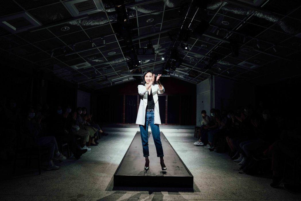 王安琪挑戰高難度獨角戲,舞台上展現女王氣場,演技驚豔四方。圖/大慕影藝提供