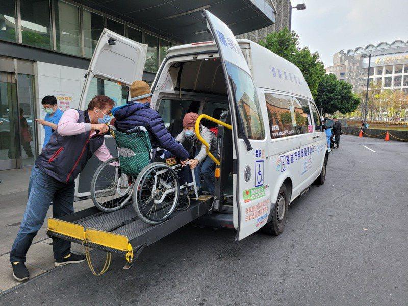 高雄市復康巴士為增加乘車周轉率,與醫療院所合作推出「醫療快速通關服務」,縮短搭乘復康巴士就醫民眾看診時間。圖/高雄市交通局提供