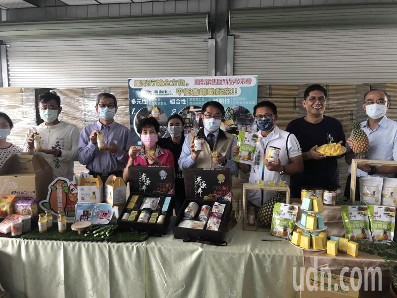 市長黃偉哲(右四)到關廟察看台南市農產運銷公司鳳梨包裝出貨情形,發表新上市兩款鳳梨食品禮盒,介紹鳳梨吃法,幫忙衝買氣。記者周宗禎/攝影
