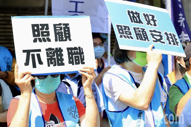 台北產總工會、婦女新知基金會、中華民國家庭照者關懷總會等民間團體,下午到立法院外舉行記者會,大聲喊出「要照顧家人,也要工作」的訴求。記者林伯東/攝影
