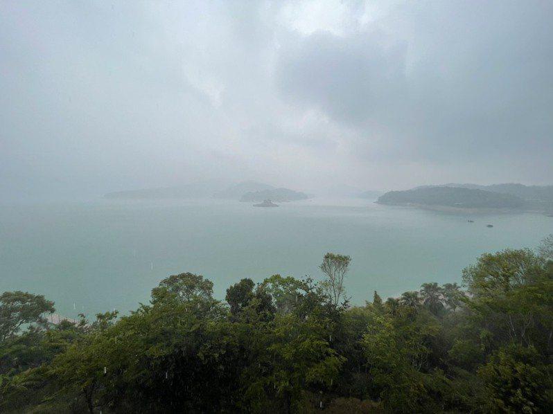 乾涸已久的日月潭,今天下午近兩點時候,終於下起時大時小的雨勢。圖/讀者提供