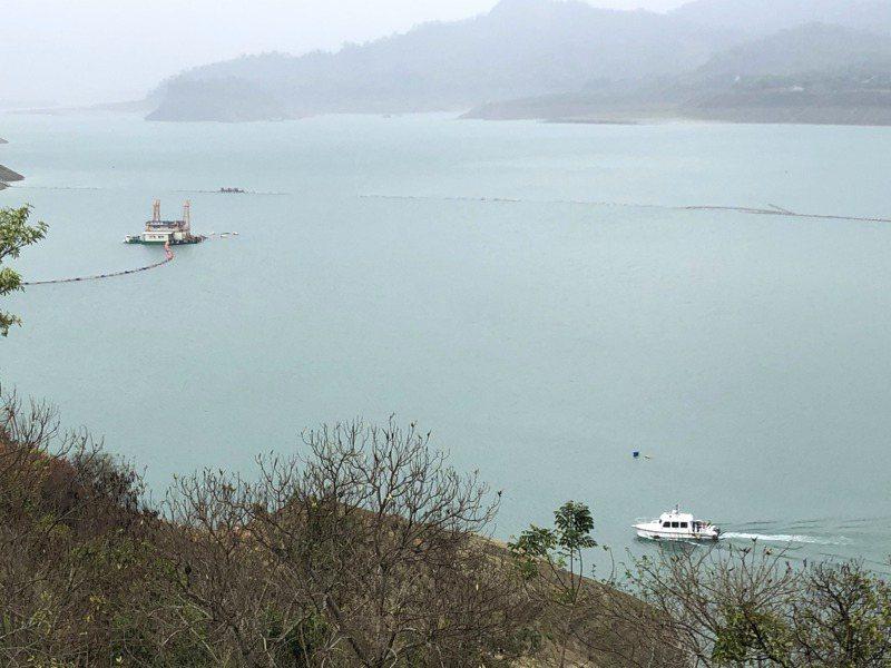 曾文水庫趁乾旱加強清淤積,南部水資源局希望全年能清除590萬立方公尺。記者周宗禎/攝影