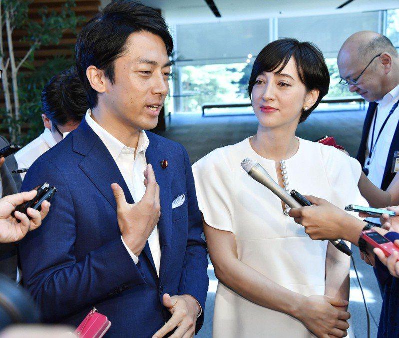 日本宣布2030年溫室氣體要減量46%,環境大臣小泉進次郎(左)說,是朦朧中浮現出來的數字,讓日本人傻眼。圖為小泉進次郎去年到首相官邸報告婚事,右為妻子瀧川。美聯社