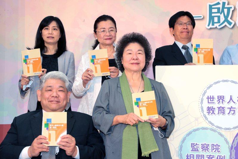 監察院長暨國家人權委員會主委陳菊(右前)下午出席「人權教育合作深耕計畫」啟動記者會,會後,媒體詢問香港傳出現在築起網路長城,有很多網站在香港網路上是看不到的。陳菊說,人權會會關心所有人權的受害者,也會關心大家在人權追求上所遭遇到的障礙,至於個別(案件)部分,「我沒有評論」。接著陳菊被詢問對於駐日代表謝長廷發核廢水文的看法,低調表示:「我沒有評論」。記者蘇健忠/攝影