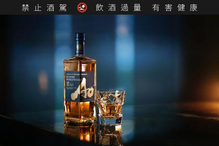 AO碧酒瓶為5角型特殊設計,象徵來自5個國家的威士忌融合而成。圖/賓三得利提供。...
