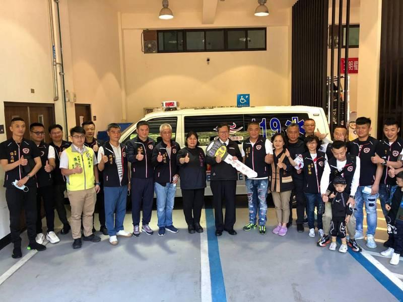 桃園市消防局巴陵分隊今天獲贈一輛價值救護車,桃園市長鄭文燦今參加捐贈儀式。圖/桃園市消防局提供