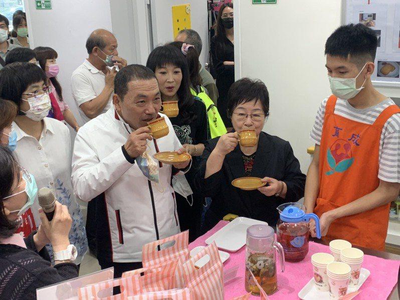 新北市長(左二)飲用小作所裡面的身心障礙者泡的茶,享受茶葉韻味。記者張睿廷/攝影