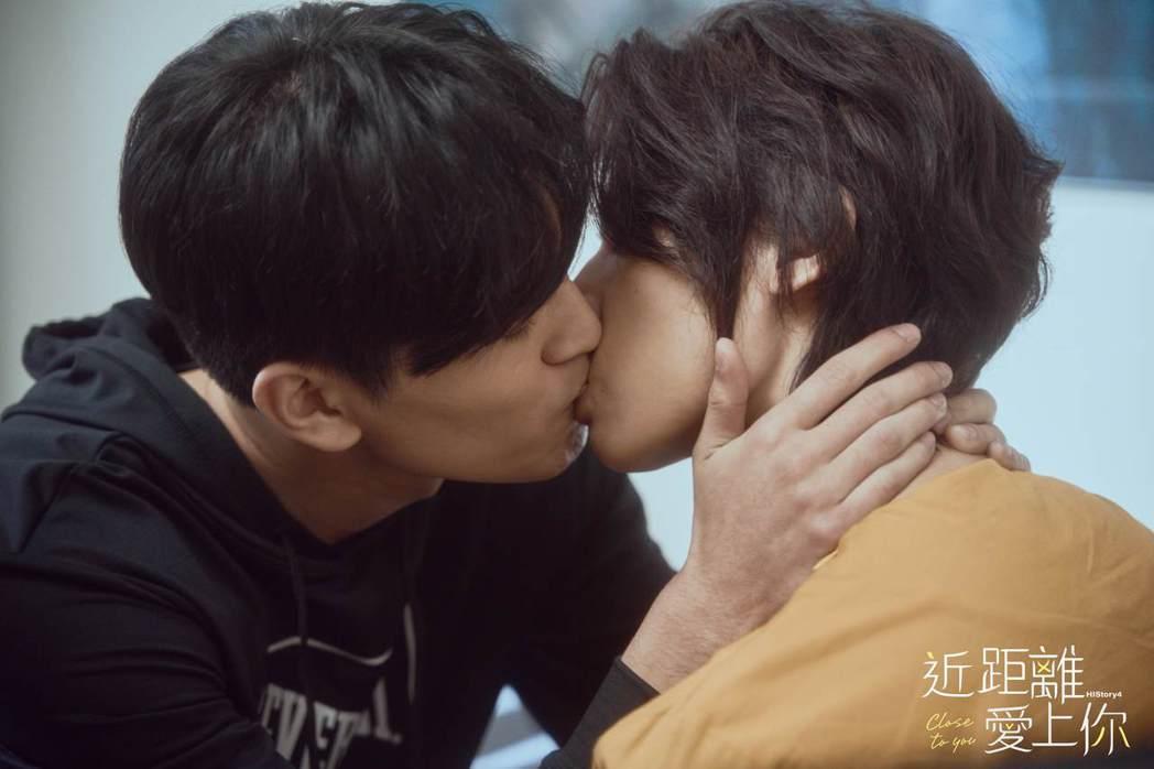 涂善存(左)與陳立安在「近距離愛上你」上演甜蜜早安吻,2人即興演出親了將近20次