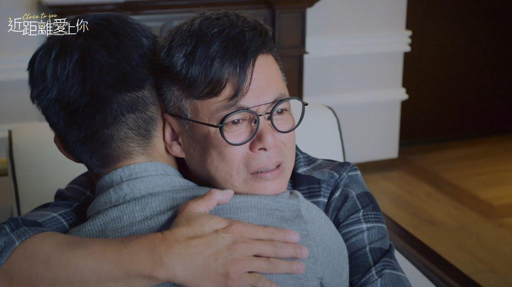 汪建民(右)在「近距離愛上你」劇中與飾演兒子的安俊朋和解擁抱,逼哭一票網友。圖/...